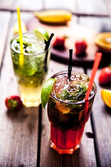 ライムとミント、イチゴの伝統的な夏の飲み物モヒート