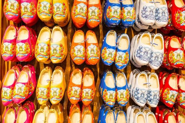전통 나무 신발이 관광객들에게 보여주기 위해 벽에 걸려 있습니다.