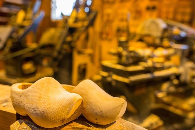 고객에게 생산하기 위한 생산 라인의 전통 나무 신발 공정.