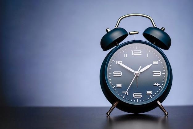 青の鐘と伝統的な目覚まし時計