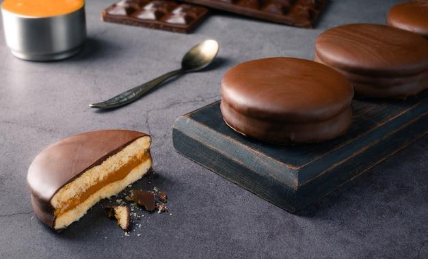 Традиционные альфахорес (альфахор) с дульсе де лече, покрытые шоколадом - традиционное аргентинское сладкое