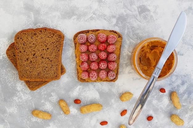 Традиционный американский и европейский летний завтрак: бутерброды с тостами и арахисовым маслом, вид сверху