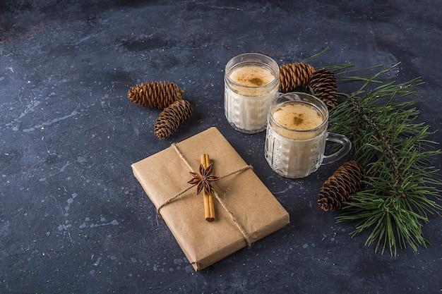 Традиционный американский и кандакский рождественский напиток гоголь-моголь в хрустальных бокалах. новогодняя подарочная коробка