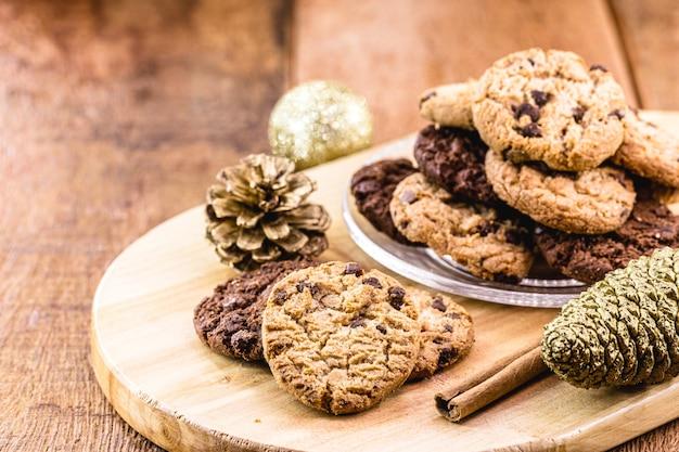 背景にクリスマスボール、アメリカの伝統、サンタクロースのクッキーと伝統的なアメリカのクッキー