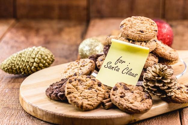 英語のメモが付いている伝統的なアメリカのクッキー:サンタクロースのために