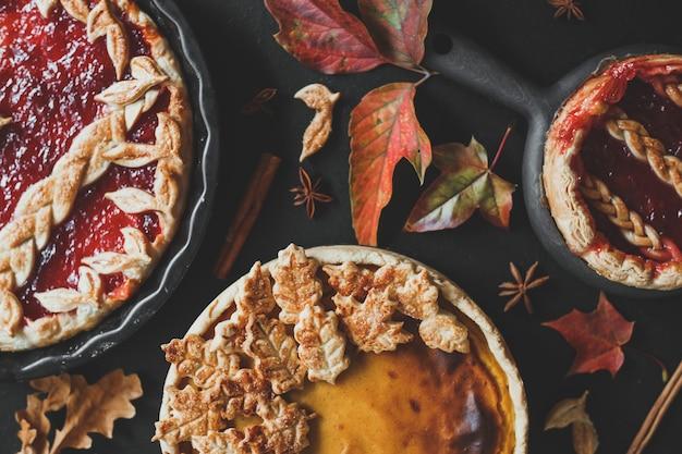 전통적인 미국 호박 파이와 사과 파이 추수 감사절