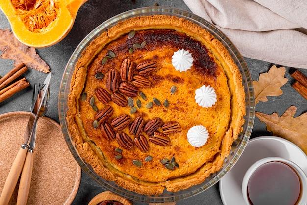 Традиционный американский тыквенный пирог с орехами пекан и шапкой чая домашний тыквенный пирог вид сверху тыква