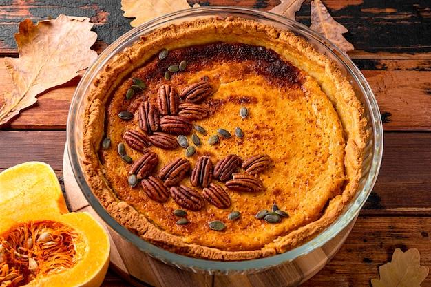 Традиционный американский тыквенный пирог с орехами пекан, домашний тыквенный пирог на старом деревянном фоне
