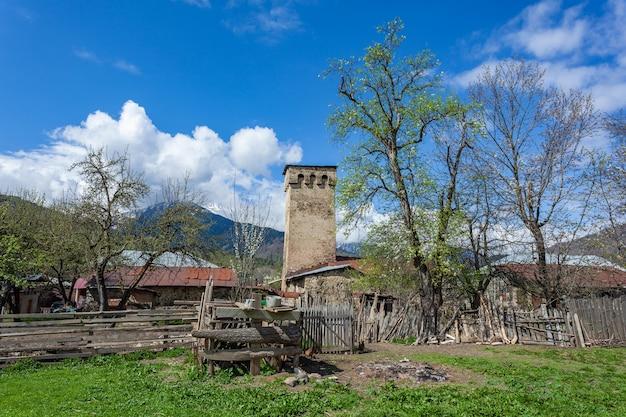 コーカサス、スヴァネティ、ラタリ村の伝統的な古代スヴァンタワー
