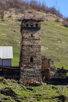 コーカサスのアッパースヴァネティにある伝統的な古代スヴァンタワー