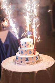 伝統的で装飾的なウエディングケーキ