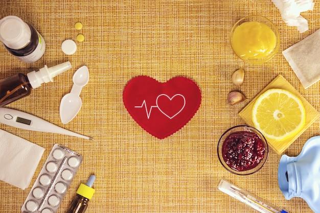 전통과 현대 감기 의학. 감기와 독감의 치료. 아픈 날과 독감 개념입니다. 다양한 의약품, 온도계, 갈색 배경에 코 막힌 스프레이. 공간을 복사합니다.