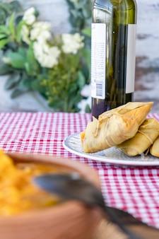 伝統的なアンデスのトウモロコシと肉のタマーレを木の板で提供しています。郷土料理。