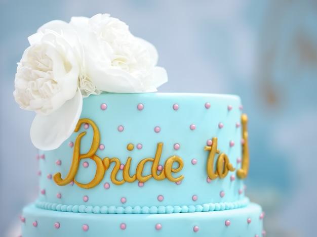 전통 기념일 / 결혼식 다층 케이크. 꽃으로 장식 된 아름다운 맛있는 달콤한 디저트