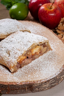 ナッツと伝統的なリンゴのシュトルーデル