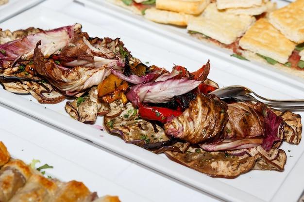 이탈리아 결혼식이나 축하 행사에서 전통적인 apulean 전채 구운 야채