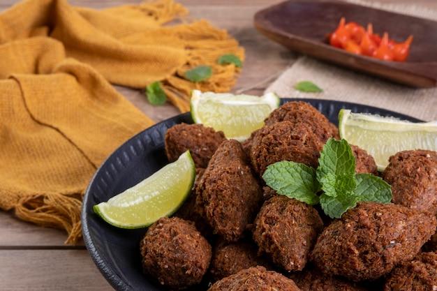 小麦を使用し、ひき肉を詰めた伝統的なアラビア風揚げスナック。クイベ。