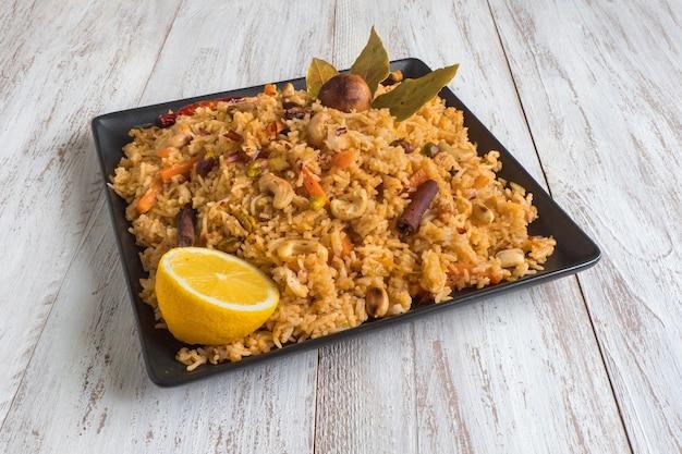 野菜と伝統的なアラビアのバスマティライス