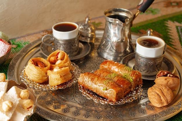 터키 커피 한 잔과 함께 전통적인 아랍 디저트 바클라바