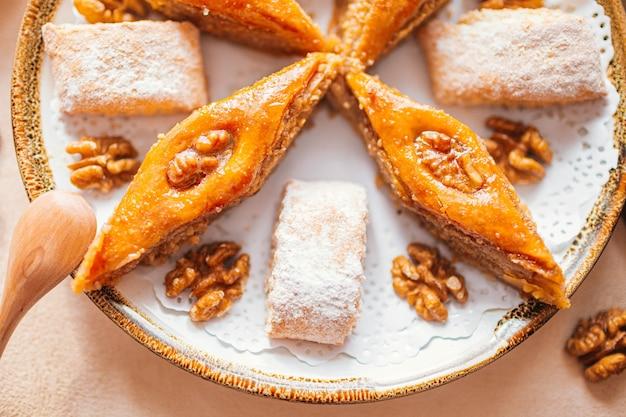 カシューナッツ、クルミ、カルダモンとユーカリを添えた伝統的なアラビアのデザートバクラヴァ