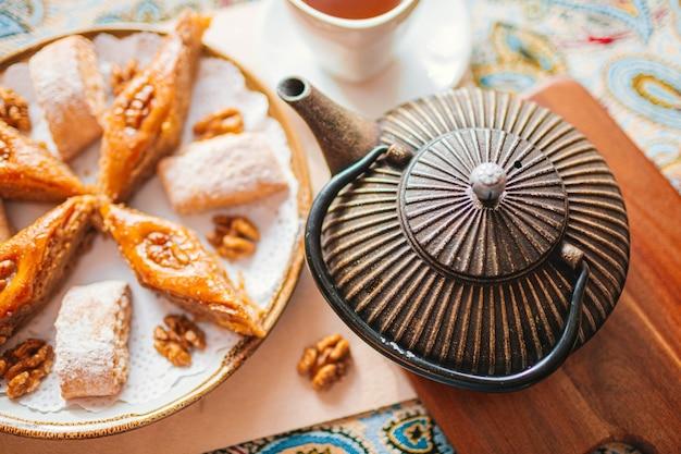 Традиционная арабская десертная пахлава с кешью, грецкими орехами и кардамоном с эвкалиптом