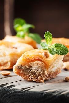Традиционный арабский десерт пахлава с медом