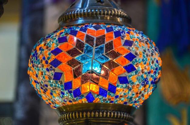 Традиционный арабский фонарь крупным планом.