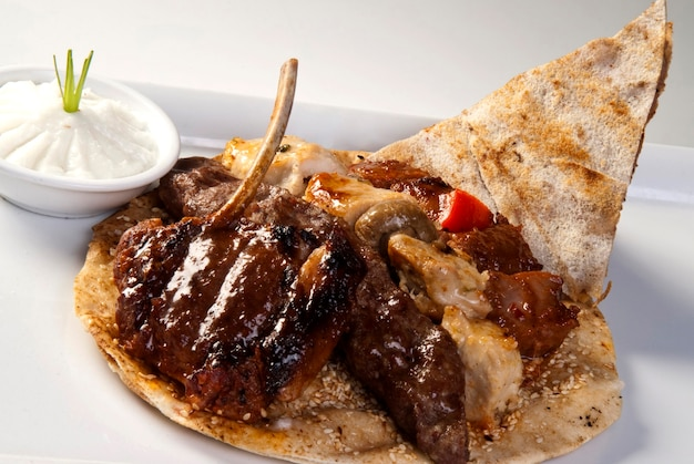흰색 바탕에 전통적인 아랍어 혼합 바베큐 접시