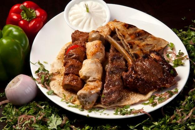 전통적인 아랍 혼합 바베큐 접시
