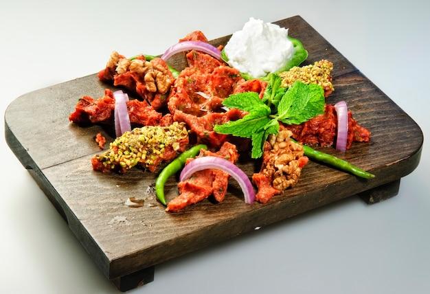 Традиционное арабское блюдо из сырого мяса киббе, приготовленное с овощами.