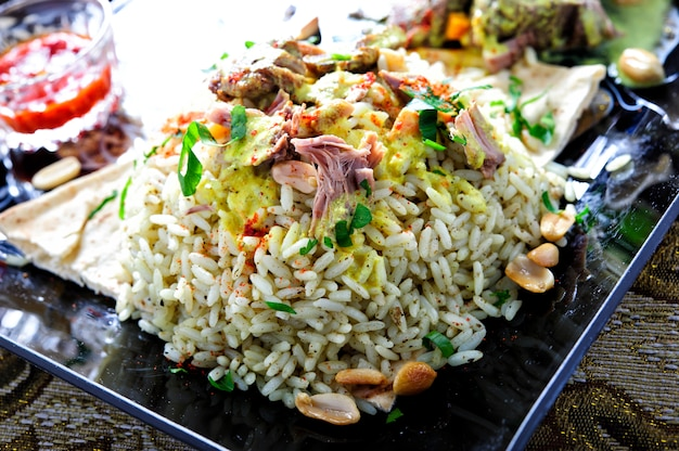 소스와 함께 전통적인 아랍 쌀과 양고기 접시.