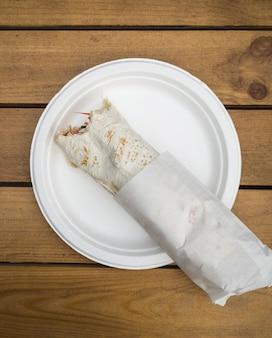 Традиционная арабская уличная еда на деревянном столе