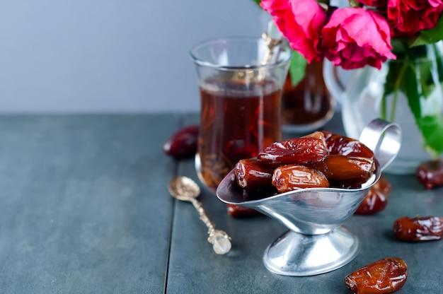 伝統的なアラビア語の紅茶と乾燥した日付。