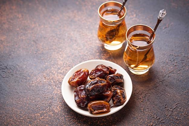 전통적인 아랍 차와 건조 날짜.