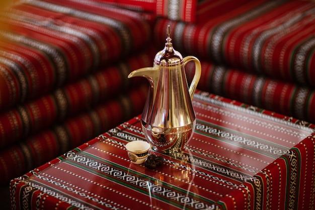 伝統的なアラビア語のお茶セットと乾燥した日付