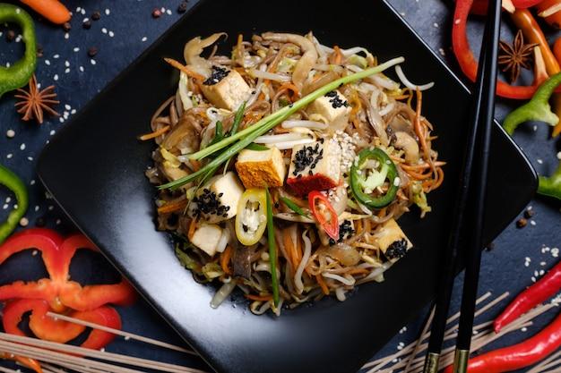 전통적인 아시아 요리. 음식 식사. 야채 두부 샐러드