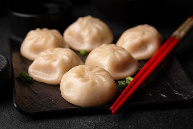 젓가락으로 전통 아시아 만두
