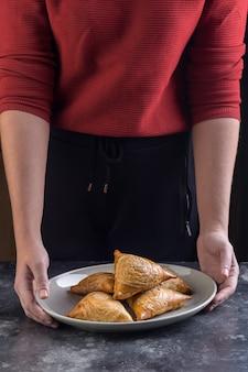 전통적인 아시아 음식. 삼사, 고기를 넣은 사모 사.