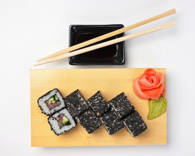 Традиционные азиатские блюда суши на деревянной тарелке