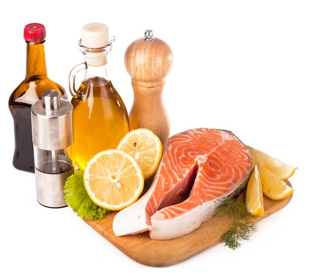 아시아 전통 재료 신선한 연어 스테이크 필레, 생강, 레몬, 간장 소스 및 젓가락