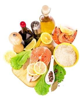 Традиционные азиатские ингредиенты свежее филе стейка из лосося, имбирь, лимон, соевый соус и палочки для еды