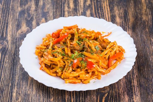 전통적인 아시아 국수 라그 만. 중앙 아시아 요리