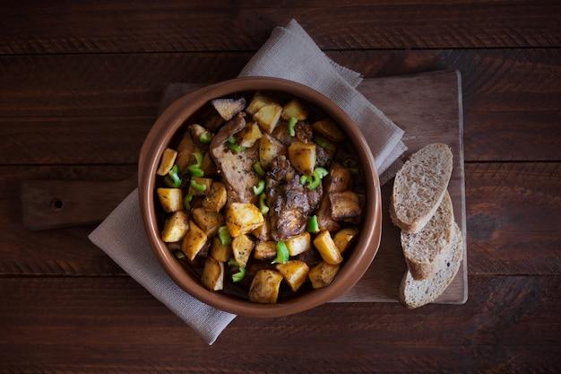 Традиционное азиатское татарское блюдо. тушеный картофель с бараниной и овощами