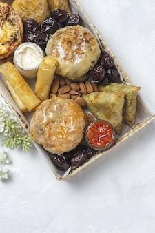 アーモンドとナツメヤシを使った伝統的なアラビア料理の軽食の品揃え。モロッコ料理。屋台の食べ物のコンセプト