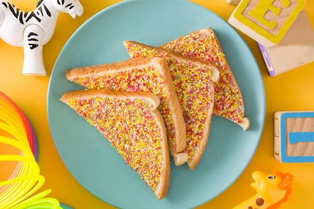 Традиционный австралийский сказочный хлеб на желтой поверхности