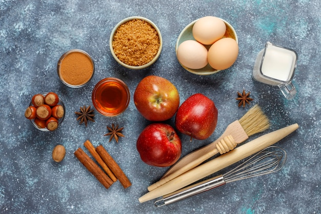 伝統的な秋のベーキング材料:リンゴ、シナモン、ナッツ。