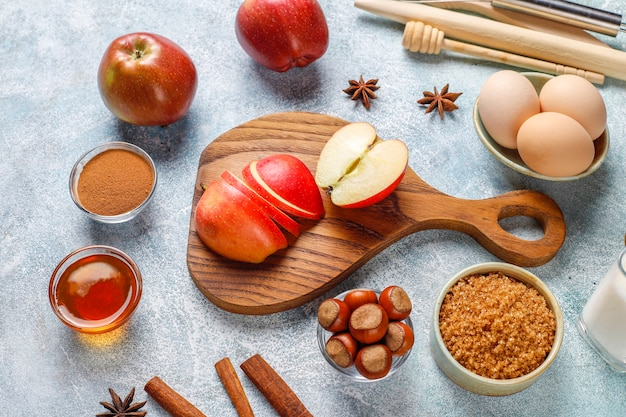 Традиционные ингредиенты для осенней выпечки: яблоки, корица, орехи.