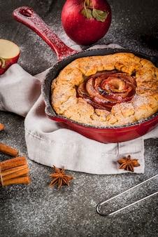 추수 감사절 수제 wholegrain 사과 galette 파이 유기농 사과와 계피 철 캐스트 팬 검은 돌 테이블