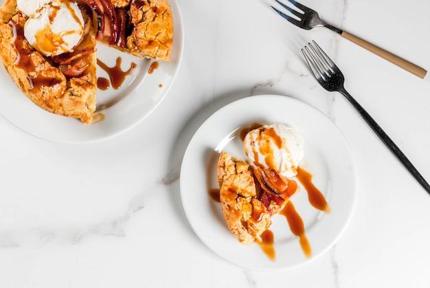 전통 가을 제빵, 추수 감사절 요리법, 유기농 사과와 계피를 곁들인 수제 통 곡물 애플 갤렛 파이, 흰색 대리석 테이블, 복사 공간 평면도