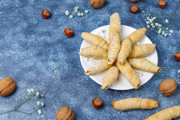 Mutaki tradizionale dei biscotti di novruz di festa dell'azerbaigian sul piatto bianco